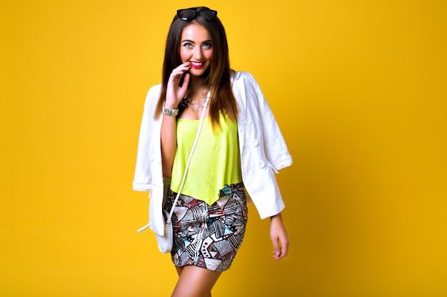 Mode Femme Portant Des Vêtements De Couleur Néon Lumineux, Style Printemps Vintage Décontracté Photo gratuit
