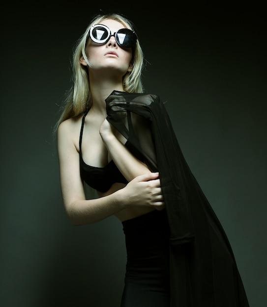 Mode Femme Qui Pose En Lingerie Noire Photo Premium