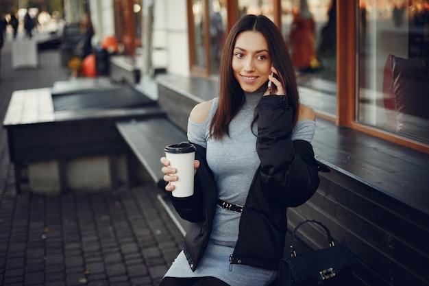 Mode fille assise dans une ville d'été Photo gratuit