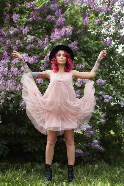 Mode fille cheveux roux et grand chapeau rond Photo Premium