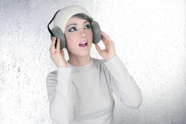 Mode futuriste femme écoutant de la musique au casque Photo Premium