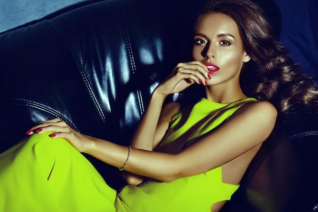 Mode Glamour élégant Belle Jeune Femme Modèle Avec Des Lèvres Rouges En été Robe Jaune Vif Photo gratuit