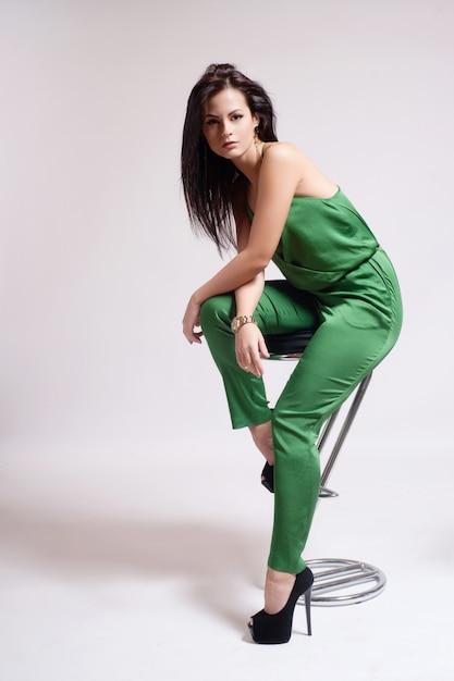 Mode habillé fille sexy assis sur une chaise Photo Premium