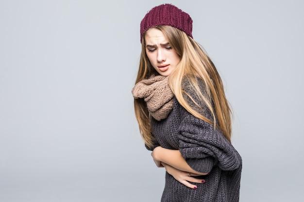 Mode Habillée Jeune Mannequin Ont Des Maux De Tête Et D'estomac Sur Fond Gris Photo gratuit