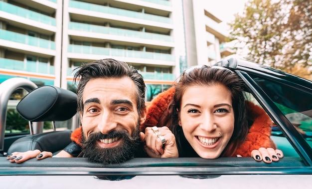 Mode Hipster Couple Prenant Drôle Autoportrait Au Road Trip Photo Premium
