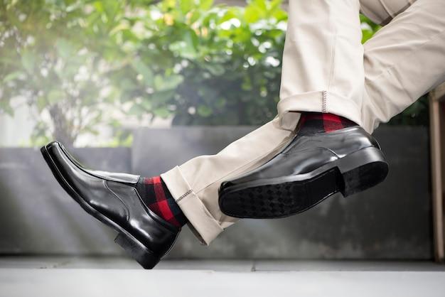 Mode homme portant des chaussures en cuir noir Photo Premium