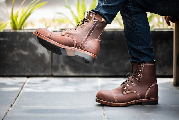 Mode homme portant des jeans et des bottes en cuir Photo Premium