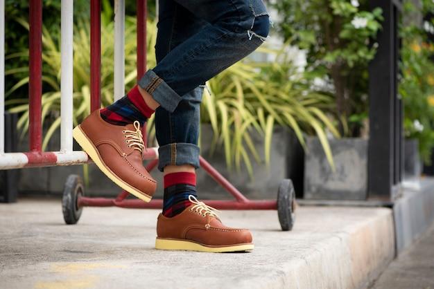 Mode homme portant des jeans et des chaussures marron Photo Premium