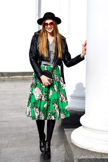 Mode Jeune Femme Marchant Dans La Rue Avec Veste En Cuir Et Jupe à Fleurs Photo gratuit