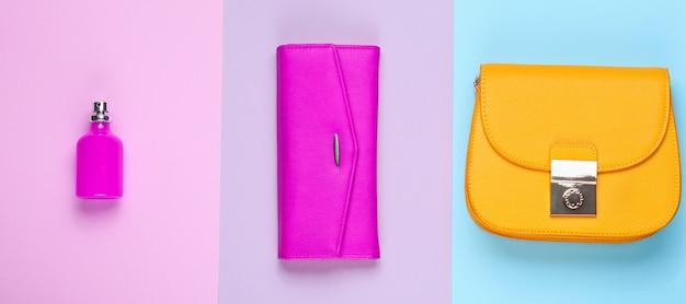 Mode Minimaliste. Accessoires De Mode Pour Femmes Sur Fond Pastel. Sac à Main En Cuir, Sac Jaune, Flacon De Parfum. Vue De Dessus Photo Premium