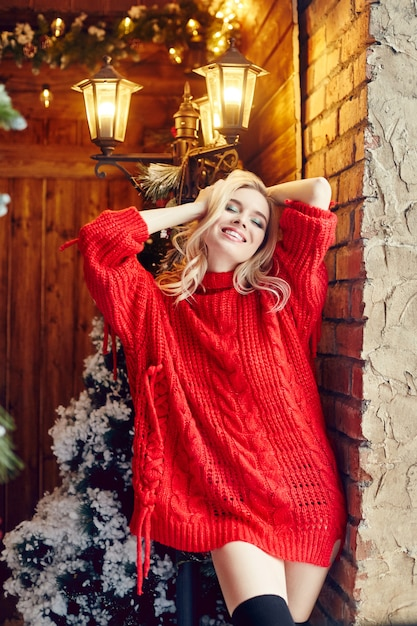 Mode De Noël Sexy Femme Blonde Dans Le Pull Rouge Photo Premium