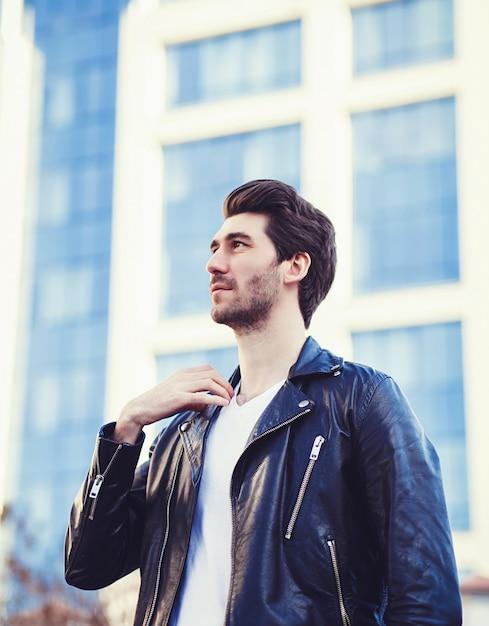 Mode portrait de bel homme Photo Premium