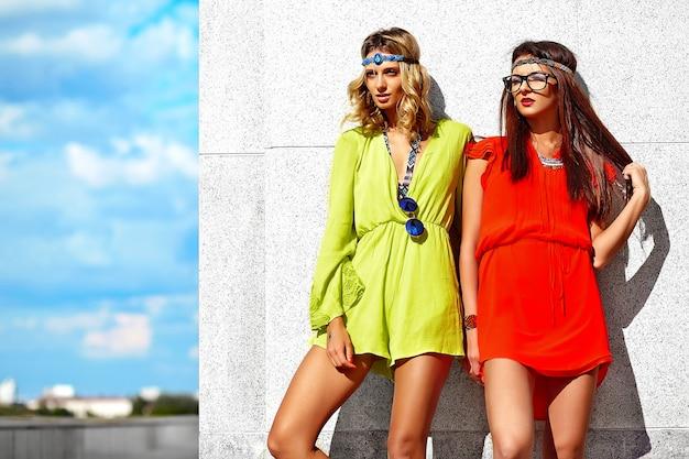 Mode Portrait De Deux Jeunes Femmes Hippies Modèles En Journée Ensoleillée D'été Dans Des Vêtements Hipster Colorés Lumineux Photo gratuit