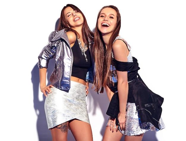 Mode, Portrait, De, Deux, Sourire, Brunette, Modèles, Dans, été, Désinvolte, Hipster, Vêtements, Isolé, Blanc Photo gratuit