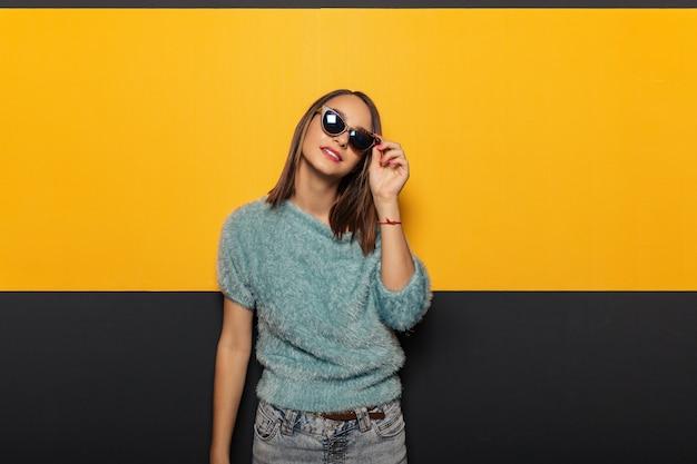 Mode Portrait D'une Femme élégante Et Attrayante Avec Des Lunettes De Soleil Photo gratuit