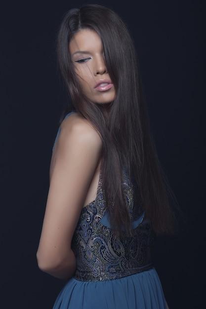 Mode portrait de femme élégante Photo gratuit