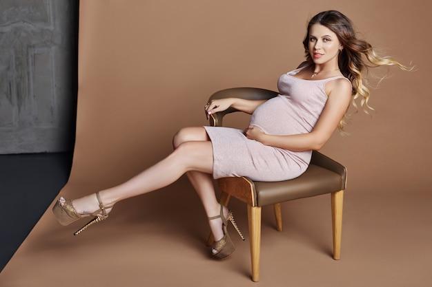 Mode portrait femme enceinte blonde, parfait Photo Premium