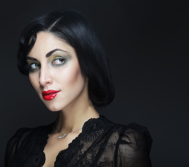 Mode portrait de femme fille de beauté aux cheveux noirs. Photo Premium