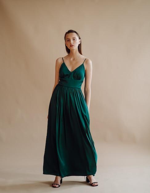 Mode portrait de jeune femme élégante Photo gratuit