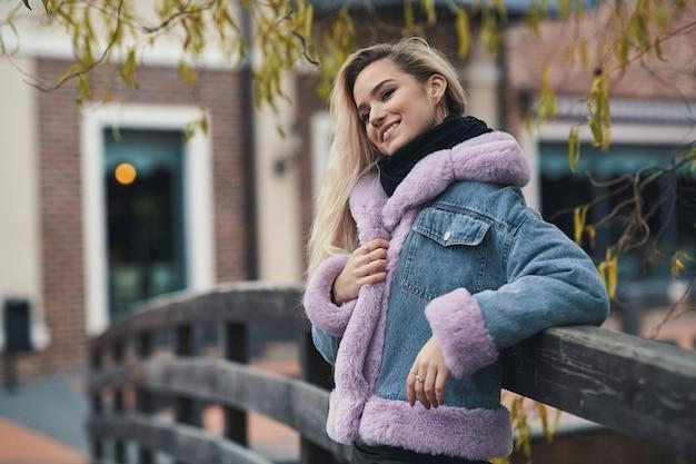 Mode Portrait De Jeune Fille Blonde Dans La Ville Photo Premium