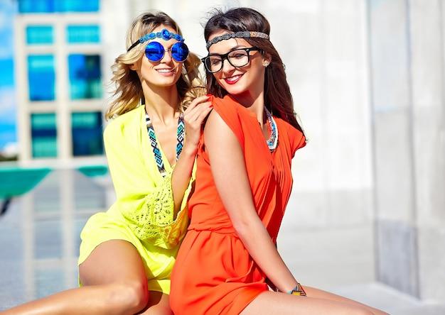 Mode Portrait De Jeunes Femmes Hippies Modèles En Journée Ensoleillée D'été Dans Des Vêtements Hipster Colorés Lumineux Photo gratuit