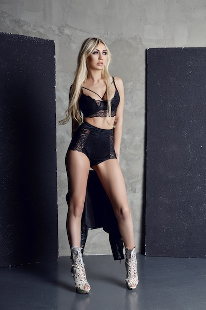 Mode sous-vêtement noir blonde sexy figure parfaite Photo Premium