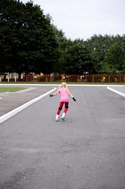 Mode de vie actif dans une ville moderne - élégante fille faisant du roller dans un stade Photo Premium