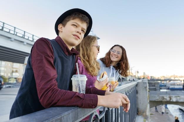 Mode de vie des adolescents, un garçon et deux adolescentes Photo Premium