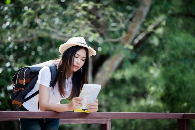 Mode de vie belle femme toriste heureuse de voyager en excursion sauvage pendant les vacances. Photo gratuit