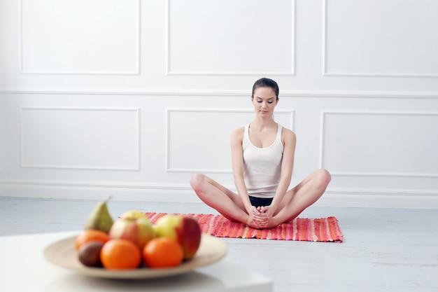 Mode De Vie. Belle Fille Pendant L'exercice De Yoga Photo gratuit