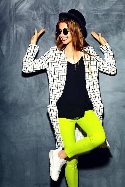 Mode de vie drôle glamour fou élégant sexy souriant belle blonde jeune femme modèle Photo gratuit