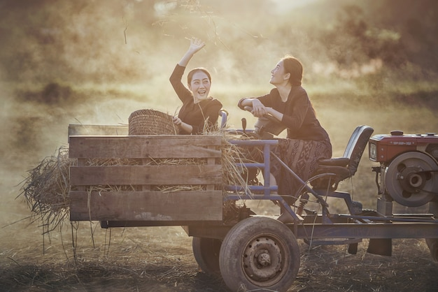 Mode de vie des femmes asiatiques rurales dans la campagne champ thaïlande. Photo Premium