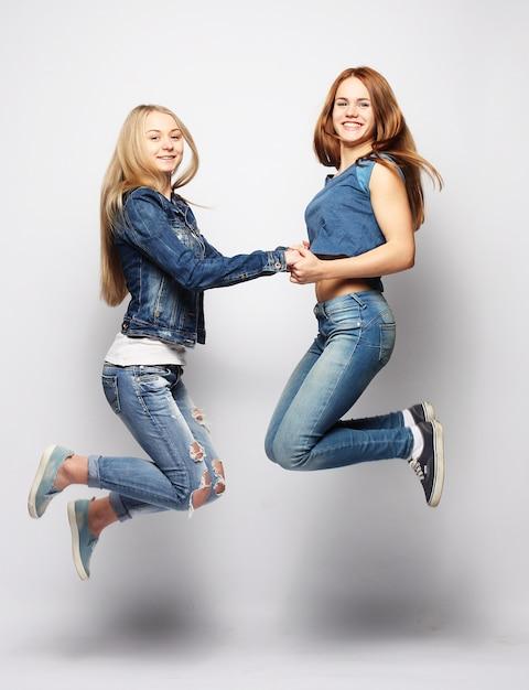Mode de vie et filles sautant Photo Premium