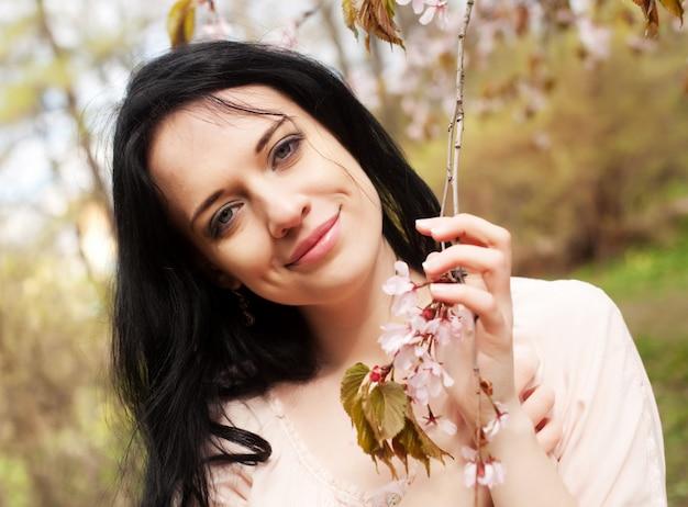 Mode de vie et les gens: belle femme jardin de fleurs Photo Premium