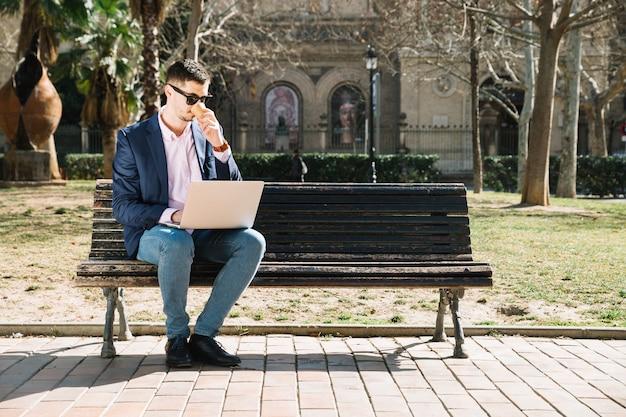 Mode de vie de l'homme d'affaires moderne dans le parc Photo gratuit