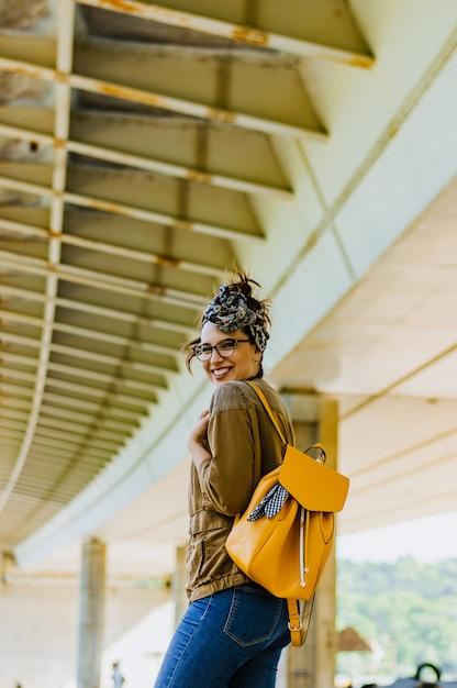Mode de vie lifestyle portrait de jeune femme jolie heureuse, souriant à l'extérieur. Photo Premium