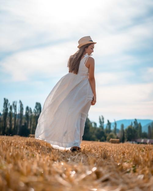 Mode De Vie Rural Une Jeune Fille Blonde De La Campagne Marchant A Travers La Campagne Photo Premium