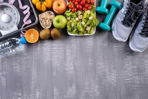 Mode de vie sain, accessoires alimentaires et sportifs sur fond gris Photo Premium