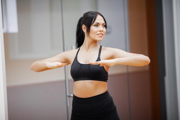 Mode de vie sain, femme fitness, faire de l'exercice en salle de sport Photo Premium