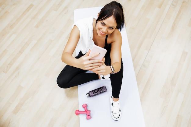 Mode de vie sain. femme fitness, faire de l'exercice en salle de sport Photo Premium