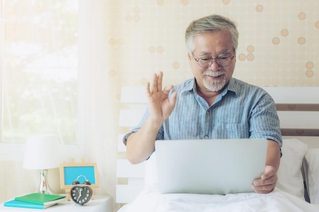 Mode de vie senior homme utilisant un ordinateur portable pour appeler des proches Photo Premium