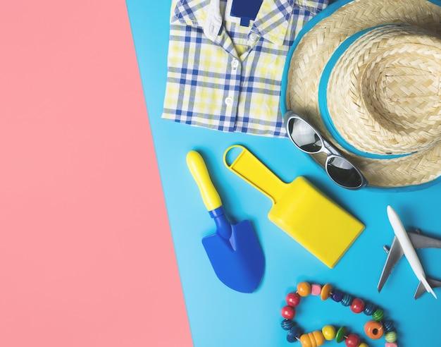 Mode voyage été pour garçons sur fond d'espace de copie rose bleu Photo Premium