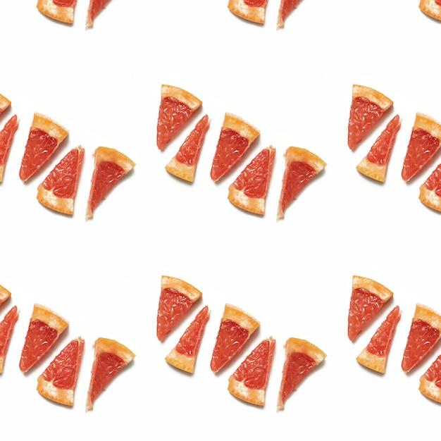 Modèle Alimentaire Sans Couture De Tranches Juteuses Colorées De Pamplemousse Isolé Sur Une Surface Blanche Photo Premium