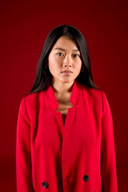 Modèle asiatique moyen tir en rouge Photo gratuit
