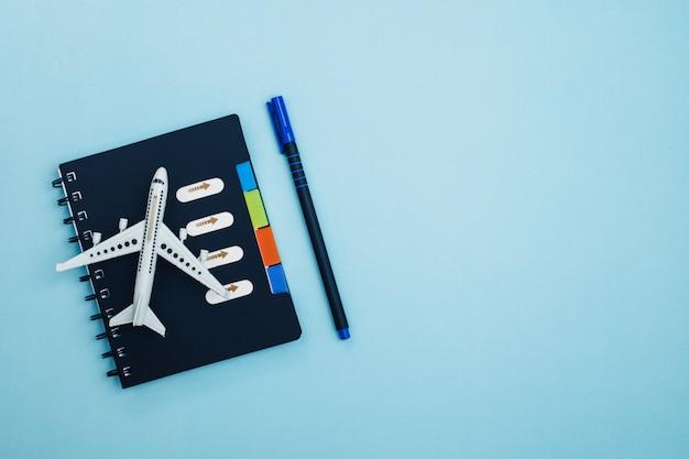 Modèle D'avion Blanc Avec Un Journal De La Liste De ...