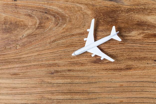 Modèle d'avion placé sur un tableau Photo gratuit
