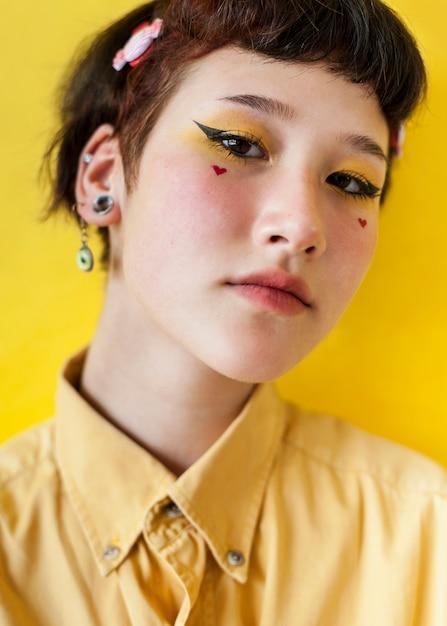 Modèle avec beau maquillage Photo gratuit