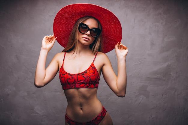 Modèle de belle femme en costume swimminmg isolé Photo gratuit