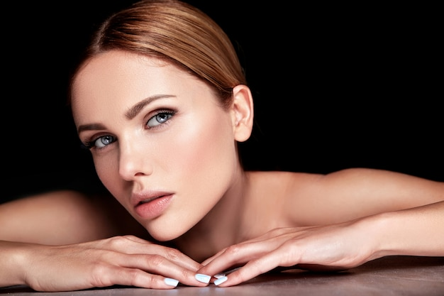 Modèle Belle Femme Sans Maquillage Et Visage Propre Peau Saine Sur Fond Noir Photo gratuit