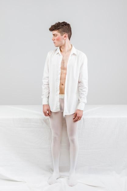 Modèle, blanc, debout, regarder loin Photo gratuit